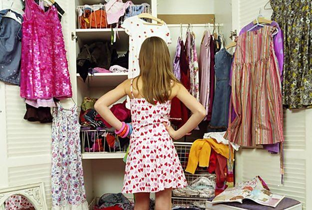 Mujer-indecisa-frente-al-armario